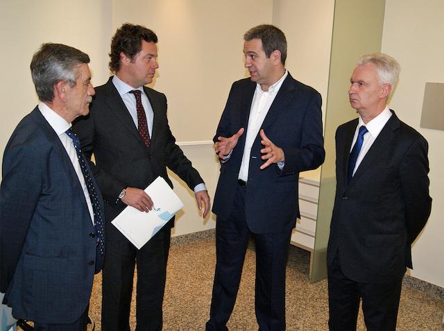 Dr. Fernández explicando los procesos a los Directores del Grupo Hospitalario Vithas