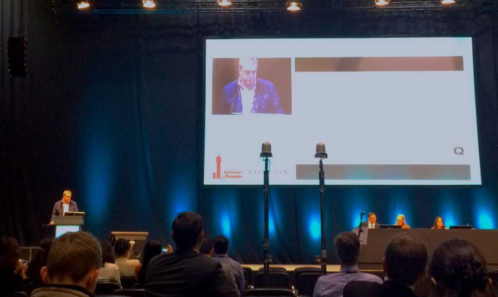 Dr. Fernández presentando los resultados de Qvision de implante de lentes ICL, en el congreso ESCRS2014