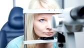 Qvision Molestias con las lentes de contacto: ¿Qué hacer? 9798338 concepto de optometria bastante joven tener ojos examinados por un medico de ojo en una lampara de