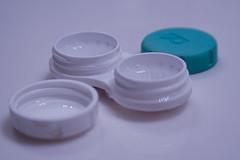Importancia de las soluciones limpiadoras de las lentes de contacto.